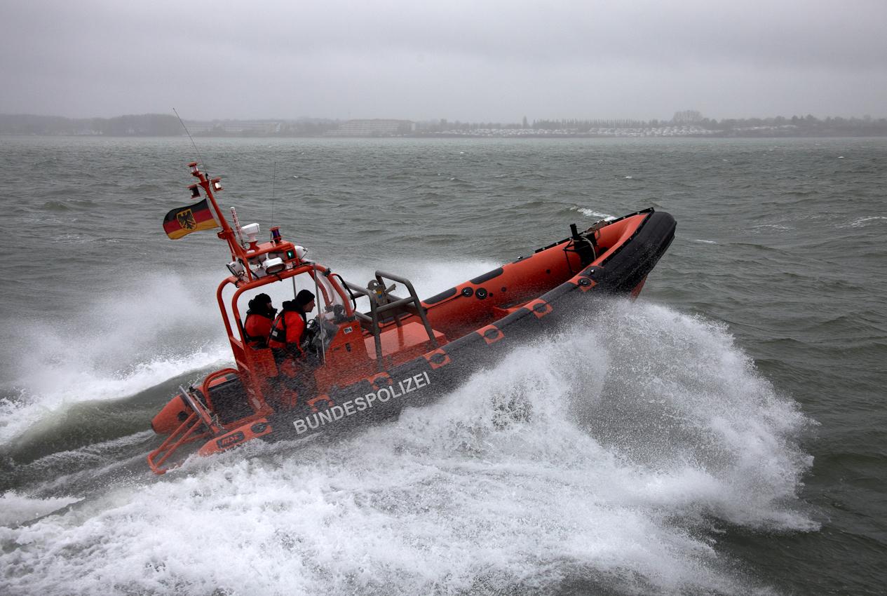 Neustadt in Holstein, Lübecker Bucht, Ostsee. 7.5.2010  --  Küstenwache im Einsatz auf der Ostsee. Die Bundespolizei ist ein Teil der deutschen Küstenwache. Das Wachboot NEUSTRELITZ der Bundespolizei lauft bei schlechtem Wetter und Windstarke 8 zu einer Routinefahrt in die Lübecker Bucht aus. Schon nach wenigen Minuten sichtet die Mannschaft ein unbemannt im Wasser treibendes Surfbrett. Das Beiboot wird zur Suche nach der vermissten Person ausgesetzt.