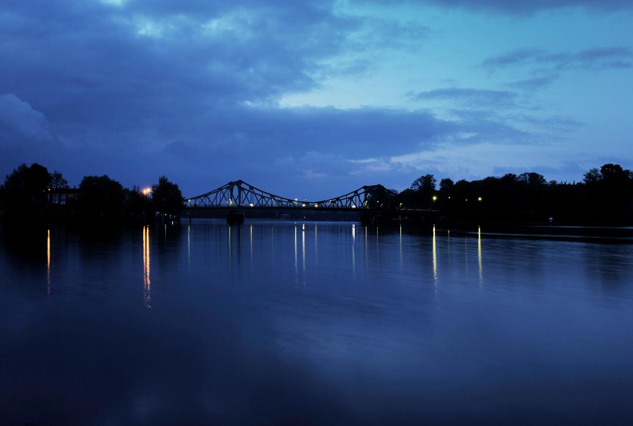 Blick auf den Tiefen See, bei Potsdam, im Hintergrund die Glienicker Brücke