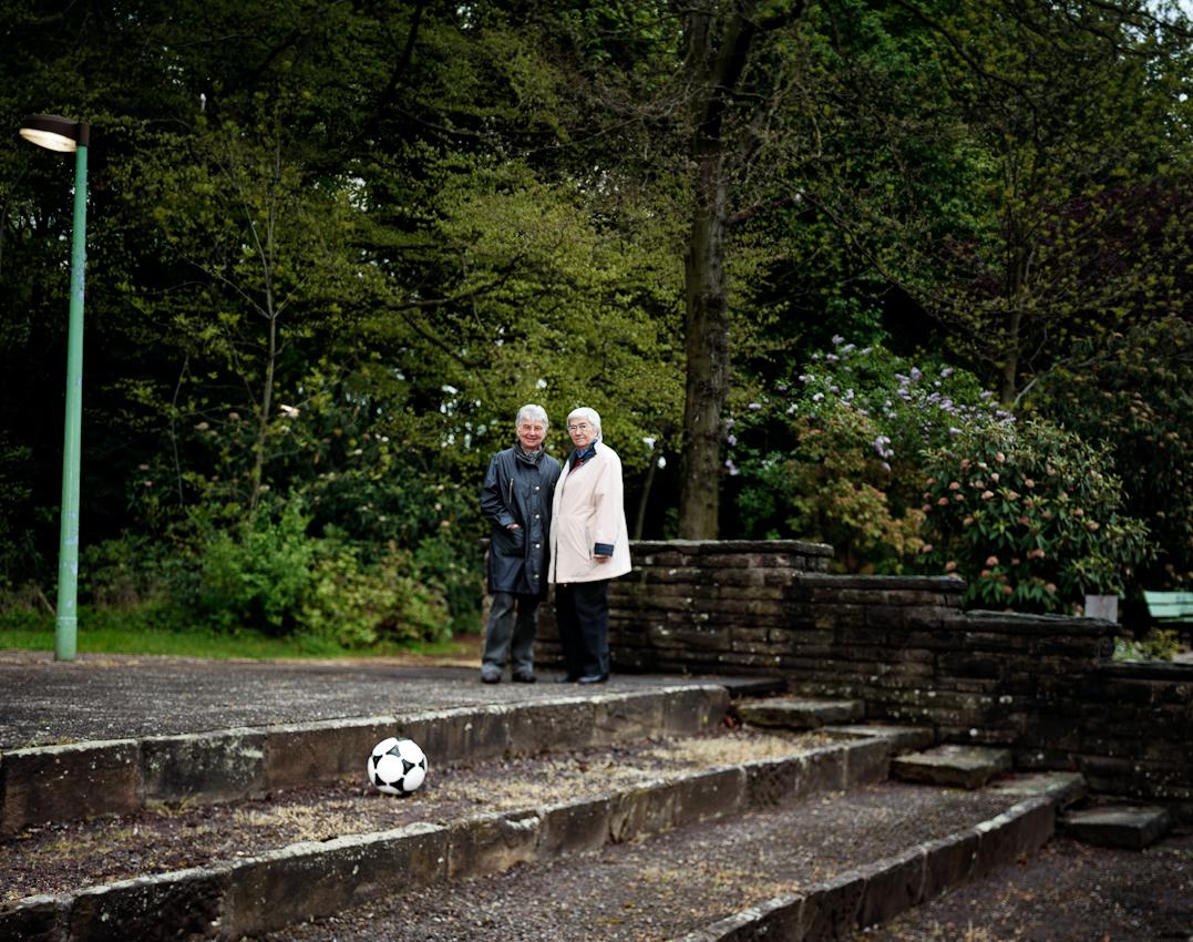 """""""Pionierinnen des deutschen Frauenfussball""""  ist ein Buch und - Ausstellungsprojekt von Gunther Bauer zur Frauenfussball-Weltmeisterschaft 2011 fur das Persönlichkeiten, die in einem ganz besonderen Zusammenhang zum Frauenfussball stehen oder standen, portraitiert werden. Christa Kleinhans (links) und Inge Kwast (rechts) trafen sich am 07.05.2010 im Dortmunder Höschpark, der ersten Trainingswiese der Spielerinnen von Fortuna Dortmund. Kaum waren die Maulwurfshügel eingeebnet, wurden sie vertrieben und mussten sich immer wieder neue Trainingsplatze suchen, bis der Vater einer Spielerin seinen Garten zum Trainingsplatz umfunktionierte. In der sogenannten """"grauen Zeit"""", in der  Zeit des Verbots des Damenfussballs durch den DFB (1955-1970) lebten sie zusammen mit ihren Freundinnen Droste, Bress, Eisleben  10 Jahre """"ihren Traum"""", der sie als Nationalspielerinnen zu Turnieren nach Osterreich, Italien und Frankreich führte."""