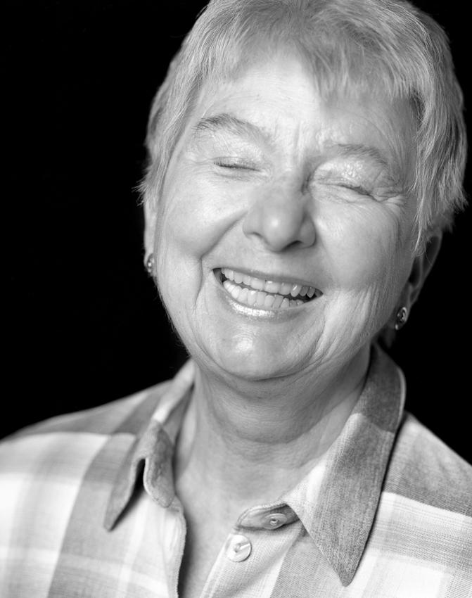 """Portraitaufnahme am 07.05.2010 von Christa Kleinhans aus Dortmund eine der Pionierinnen des deutschen Frauenfussballs. 1957 wurde sie von Anne Droste von Grün-Weiß Dortmund zu Fortuna Dortmund gelockt, ohne jegliche Ablösesumme. Der """"Lohn"""" war eine bis heute andauernde Freundschaft. Wahrend A. Droste der Kopf und die Lenkerin des Teams war, fiel C. Kleinhans die Rolle der Torjägerin zu."""