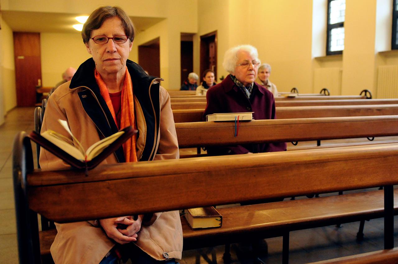 Nur 5 Schwestern der Congregatio Jesu, die sich nach ihrer Ordensgruenderin auch Maria Ward Schwestern nennen, leben seit 6 Jahren in einem unscheinbaren Haus direkt an der Hildesheimer Strasse, einer grossen Hauptverkehrsstrasse, zentrumsnah in Hannover. Sie kuemmern sich unter anderem um einen kleinen Klostergarten und die katholische Herz Jesu Kapelle.  Die Ordenschwestern sind sehr gastfreundlich und oeffnen ihr Haus fuer Gaeste, die zu Gespraechen, Gebeten, um der Stille wegen oder auch zum gemeinsamen Essen kommen.  Auf dem Bild:  Schwester Beate und Schwester Raphaela sowie weitere Gottesdienstbesucher in der Herz Jesu Kapelle, die gleich neben dem Haus der Ordensschwestern ebenfalls an der Hildesheimer Strasse in Hannover liegt. An diesem Tag findet eine Eucharistiefeier statt, die ein Priester durchfuehrt.