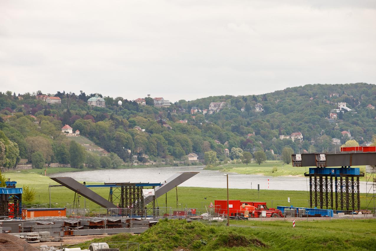 """Bau der Waldschlößchenbrücke in Dresden. Die UNESCO entzog dem Dresdner Elbtal wegen des Baus der Waldschlößchenbrücke den erst 2004 verliehenen Titel """"Welterbestätte"""". Blick über einen Stützpfeiler der Vorbrücke auf den Loschwitzer Elbhang."""