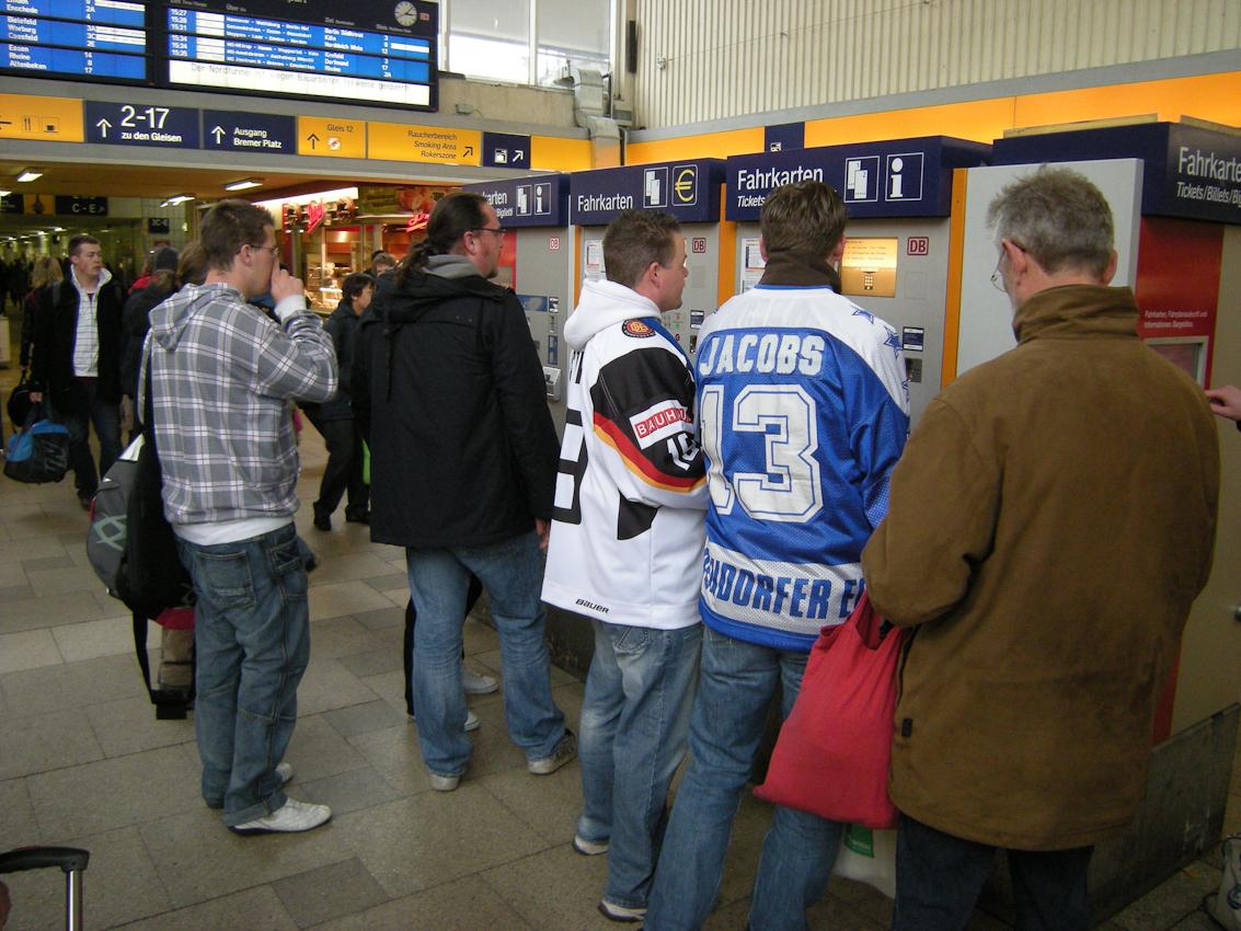 Oft reichen die zahleichen Fahkartenautomaten im Hbf. Münster/Westf. nicht aus, um den Bedarf zu decken. Da verpasst mancher seinen Zug.