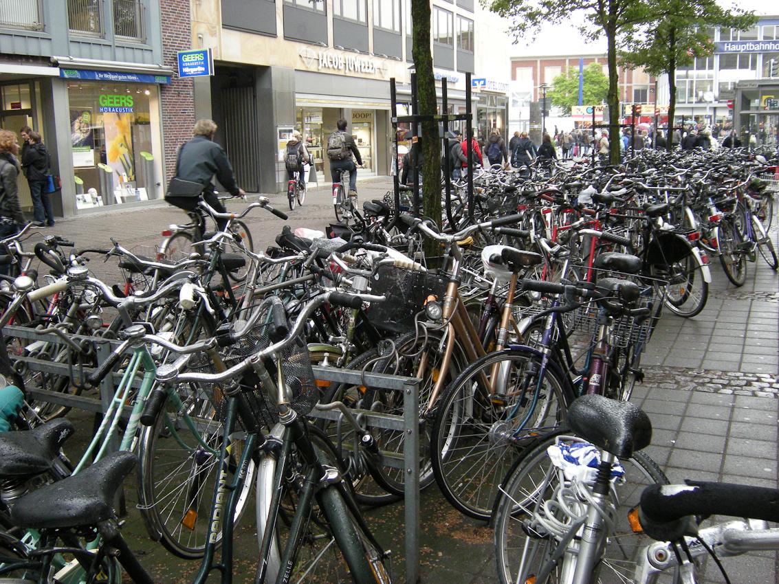 Dennoch werden hunderte Fahrräder auf Straßen und Plätzen rund um den Hbf. Münster geparkt.