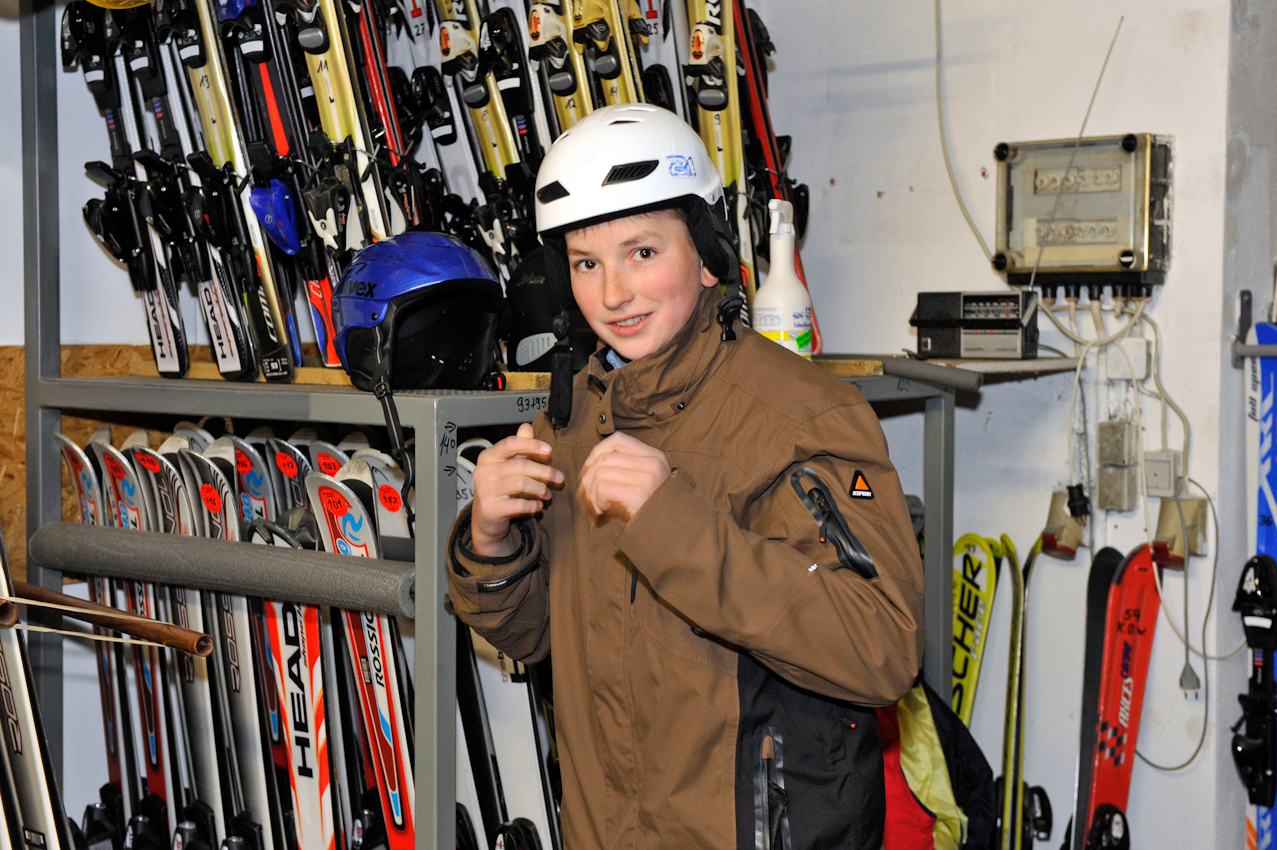 07.05.2010  Winterberg - Ski fahren im Mai  , Vater Klaus-Dieter Wahle , 52 und Sohn Steffen , 17, ziehen nochmal ihre Skier an . Auf dem Foto: Steffen Wahle testet in einem Skiverleih einen Helm .