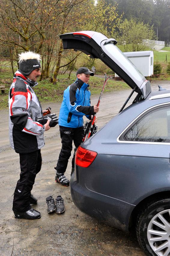 07.05.2010  Winterberg - Ski fahren im Mai  , Vater Klaus-Dieter Wahle , 52 und Sohn Steffen , 17, ziehen nochmal ihre Skier an . Auf einem Parkplatz werden die Skier ausgeladen .