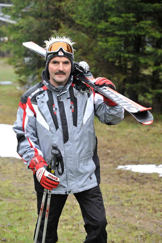 07.05.2010  Winterberg - Ski fahren im Mai , Vater Klaus-Dieter Wahle , 52 und Sohn Steffen , 17, ziehen nochmal ihre Skier an . Auf dem Foto : Klaus-Dieter Wahle am Bremberg .