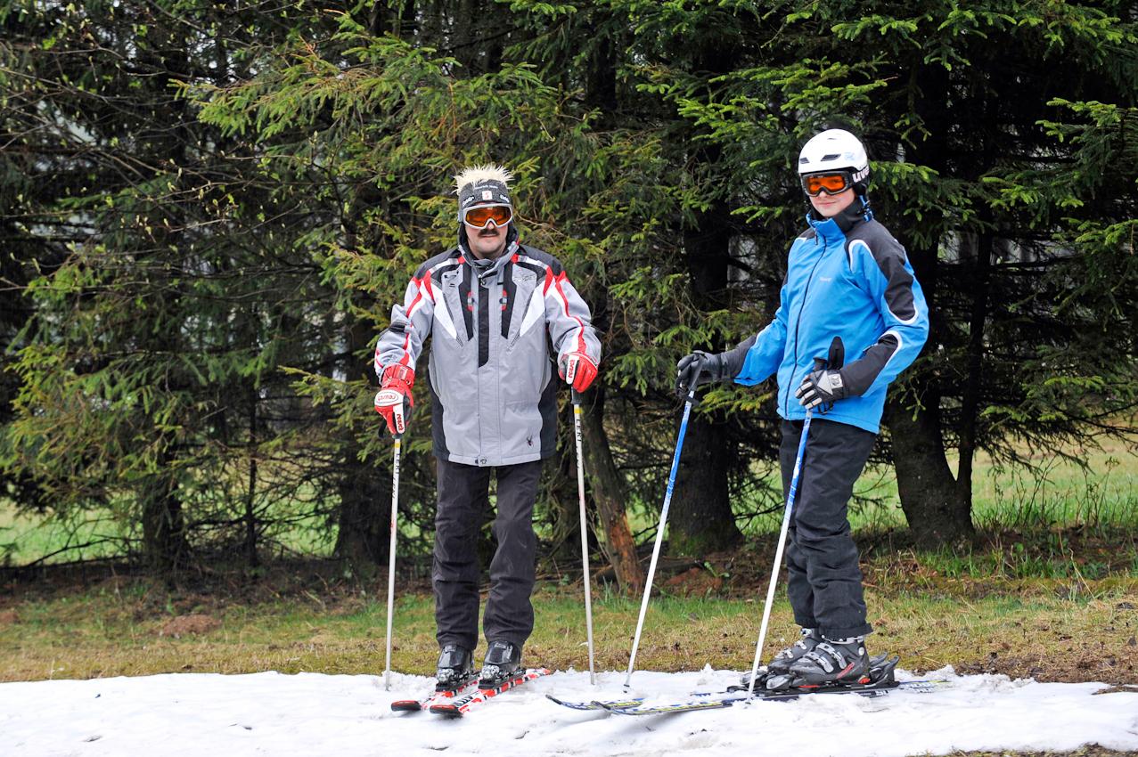 07.05.2010  Winterberg - Ski fahren im Mai . V.l. : Vater Klaus-Dieter Wahle , 52 und Sohn Steffen , 17, ziehen nochmal ihre Skier an . Hier auf der Piste des Bremberg .