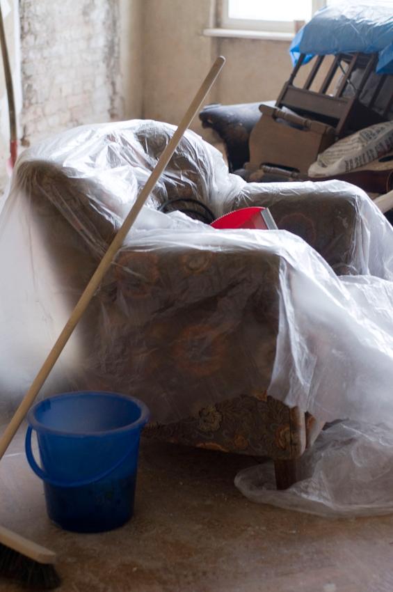 Eine Altbauwohnung in Berlin-Kreuzberg wird kernsaniert. Einige Möbel sollen noch gerettet werden.