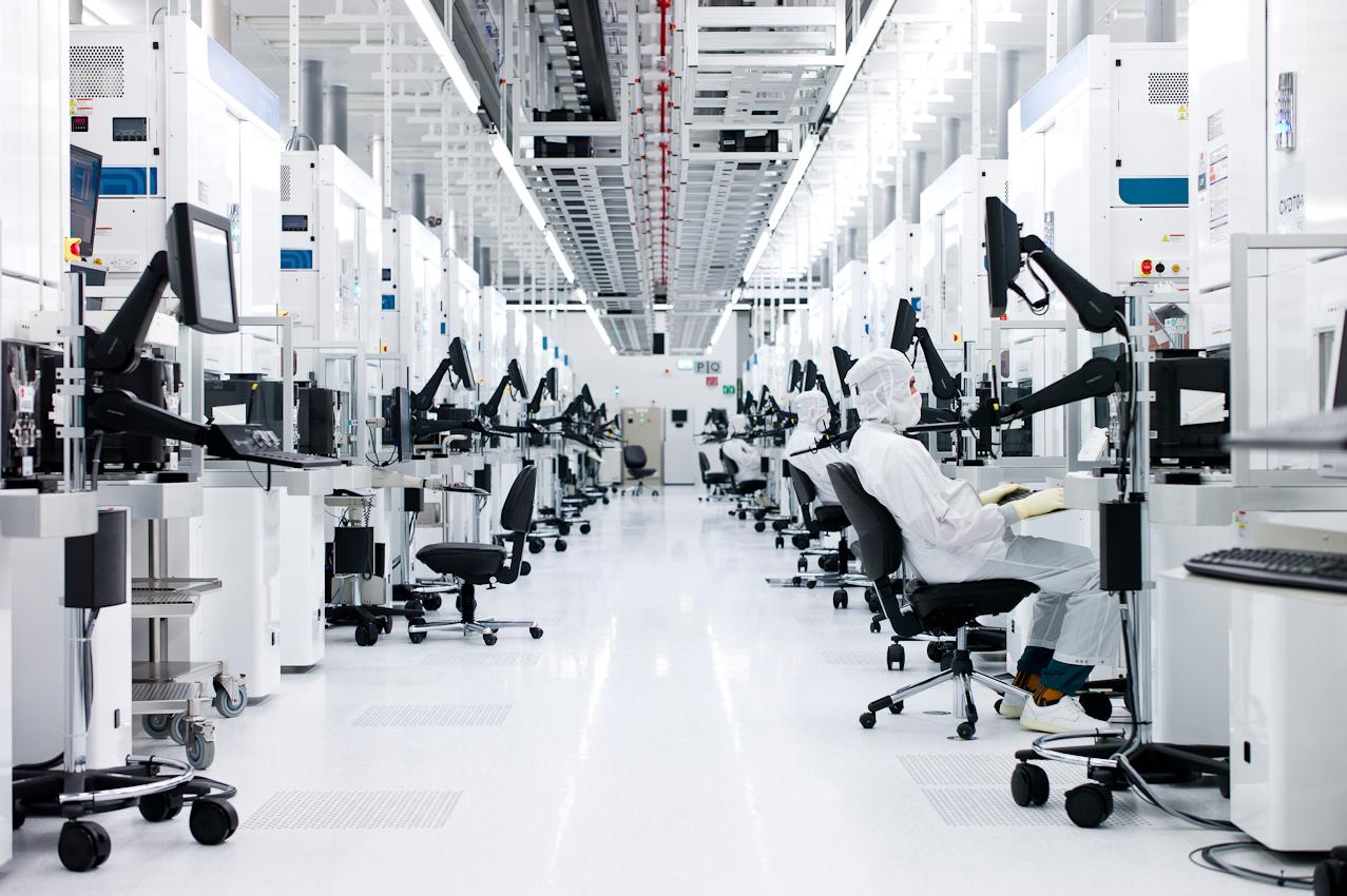 Hochqualifizierte Mitarbeiter überwachen den Produktionsprozess im Reinraum von GLOBALFOUNDRIES Dresden. Die Ansiedlung von AMD Ende der 90er Jahre etablierte Dresden als führendes Cluster für Mikroelektronik in Europa, dem so genannten Silicon Saxony. 2009 gründete AMD zusammen mit der Advanced Technology Investment Company (ATIC) aus Abu Dhabi das Joint Venture GLOBALFOUNDRIES, um die hochmoderne Fertigung weiteren Halbleiterkunden weltweit zu offnen. In Dresden werden auf mehr als 40.000 qm Reinraumfläche Prozessoren u. a. für Server, Workstations, Notebooks und mobile Kommunikation hergestellt.