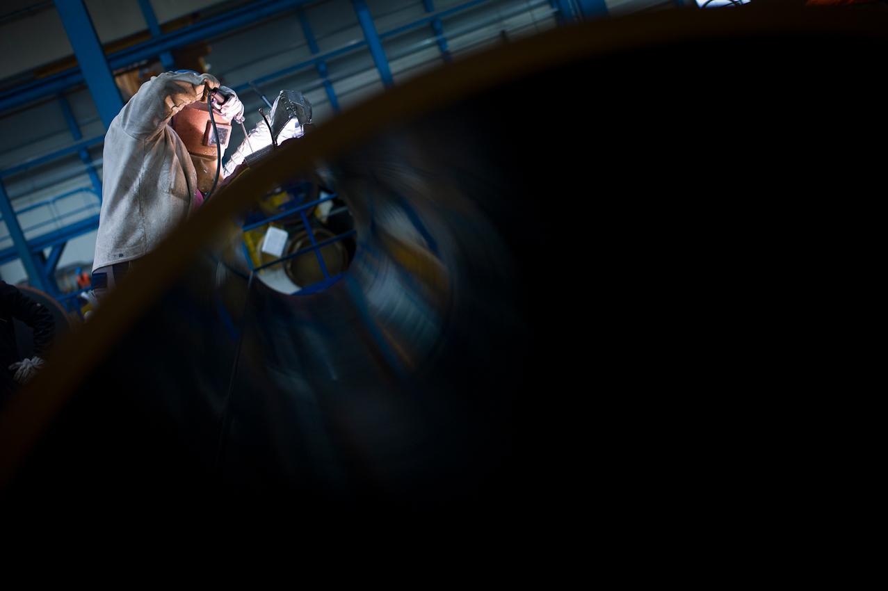 EUPEC PipeCoatings France SA ist Vertragspartner im Nord Stream Projekt zur Logistik und Betonummantelung der Stahlrohre für beide der je 1.220 km langen Ostseepipelines, die in Mukarn auf der Insel Rügen von ca. 300 Arbeitern produziert werden. Ein Schweißer befestigt vor der Beschichtung an jedem zehnten Rohr eine Opferanode, die an Stelle des Rohres verrostet