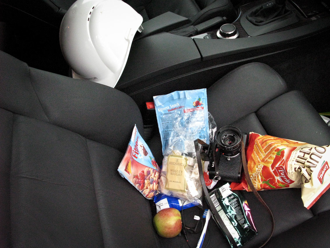 <p>Utensilien und Nahrungsmittel, die helfen, einen Fototag zu überstehen, der 0 Uhr im äußersten Norden von Ostdeutschland beginnt und 24 Uhr 500 Kilometer entfernt im äußersten Süden von Ostdeutschland endet. Beifahrersitz BMW 530d. Mecklenburg-Vorpommern, Mukran, Sven Döring.</p>