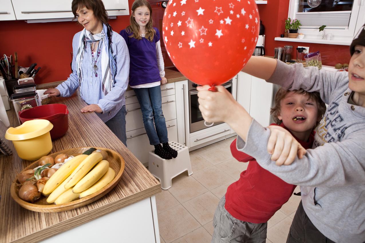 Cordula bereitet in der Küche mit Luca das backen vor, Linus und Moritz toben herum