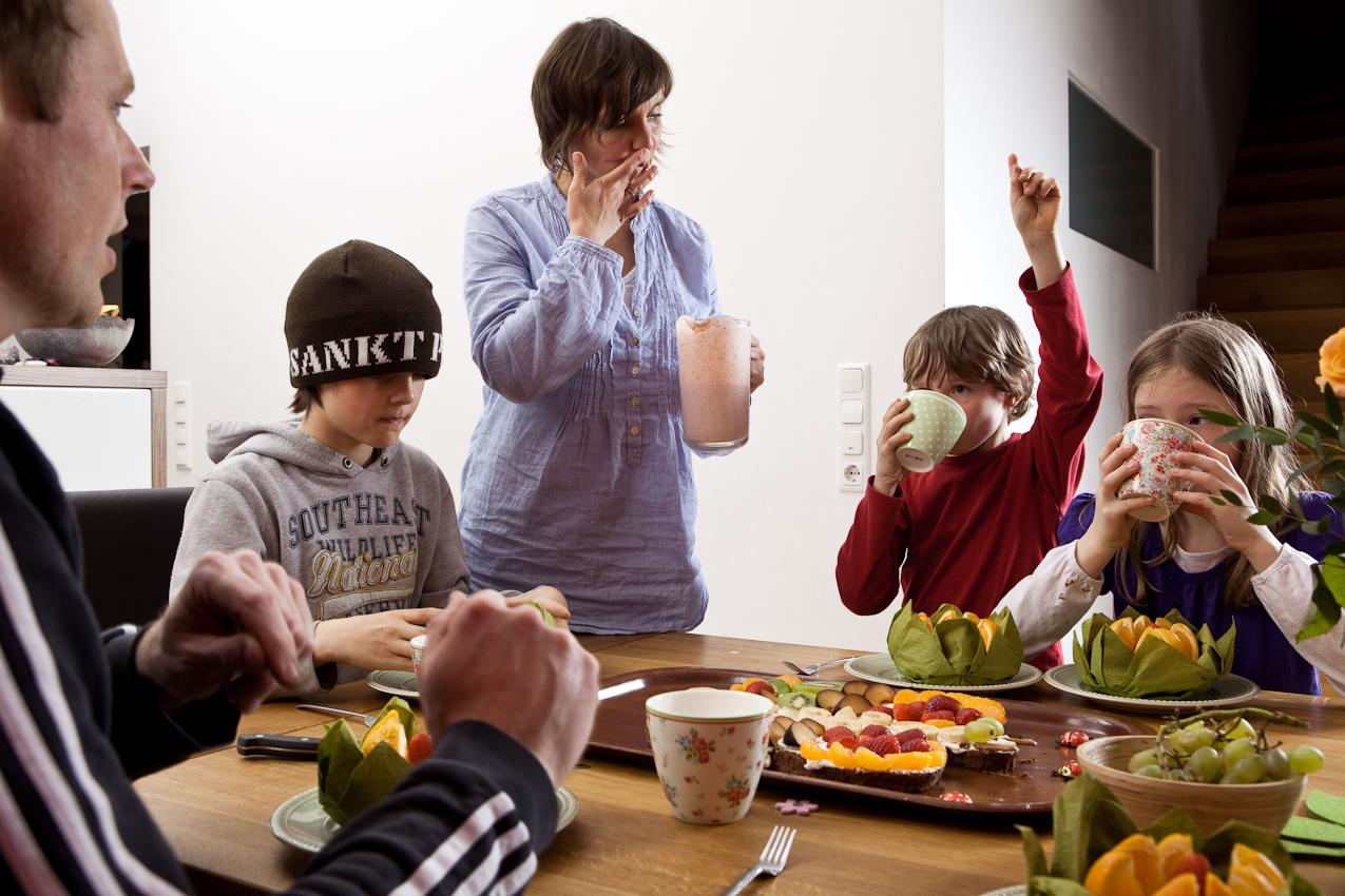 Dennis, Cordula Luca Linus und das Patenkind Moritz essen den selbstgebackenen Kuchen, das Baby Cara bekommt natürlich noch nichts.