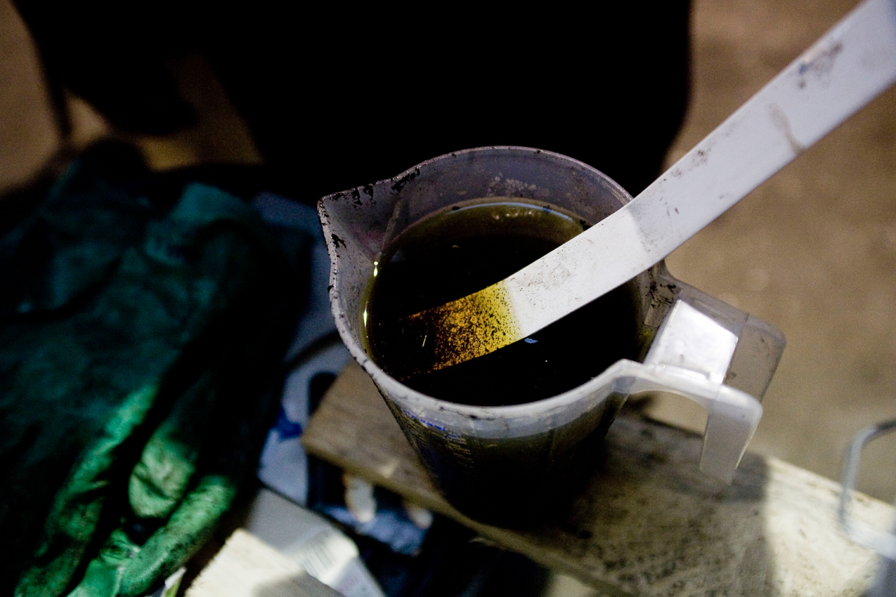 Jettingen, BaWu, Deutschland: Die karbonisierte Biomasse und das Prozesswasser werden getrennt weiter verarbeitet. Um sie voneinander zu trennen, werden in kleinem Maßstab verschiedene Möglichkeiten ausprobiert. Der Feststoff und das Prozesswasser werden auf ganz unterschiedliche Art und Weise weiterverwendet und als Kohle und Flüssigdunger zurück in den Umweltkreislauf gebracht.