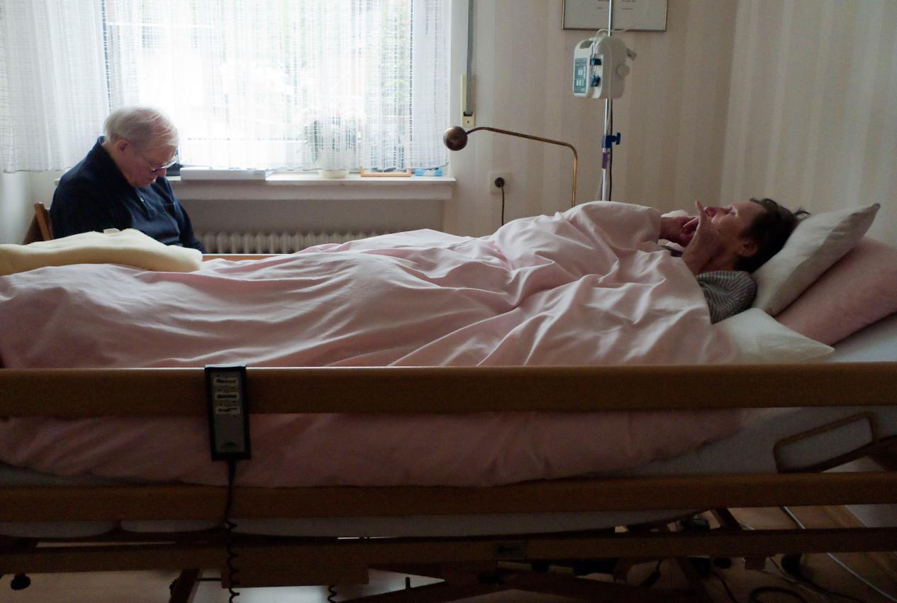 Ein Tag Deutschland, 07.05.2010, 59329 Wadersloh, NRW: 80 jahriger Mann pflegt seine an Multisystematrophie (MSA) erkrankte palliative 77 jährige Frau zu Hause.  Eingenickt.