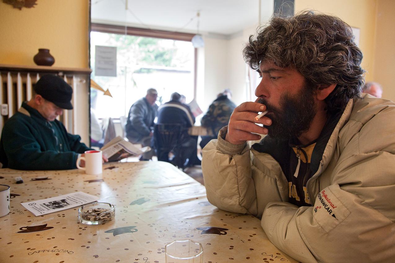 Herford: Veysel kommt aus der Türkei und lebt im Obdach. Beim Mittagstisch trifft er oft seinen Bruder.  Projekt A: Herforder Mittagstisch e.V., Medizinische Hilfe für Bedürftige e.V., Sozialberatungsdienst. Ehrenamtliche Helfer der Herforder Petri-Gemeinde bewirten seit über 10 Jahren bedürftige Menschen jeden Tag an einem gedeckten Tisch. Im gleichen Haus sitzen auch die Profis des Sozialberatungsdienstes. Einmal die Woche bieten ehrenamtlich arbeitende  Ärztinnen Sprechstunden an.