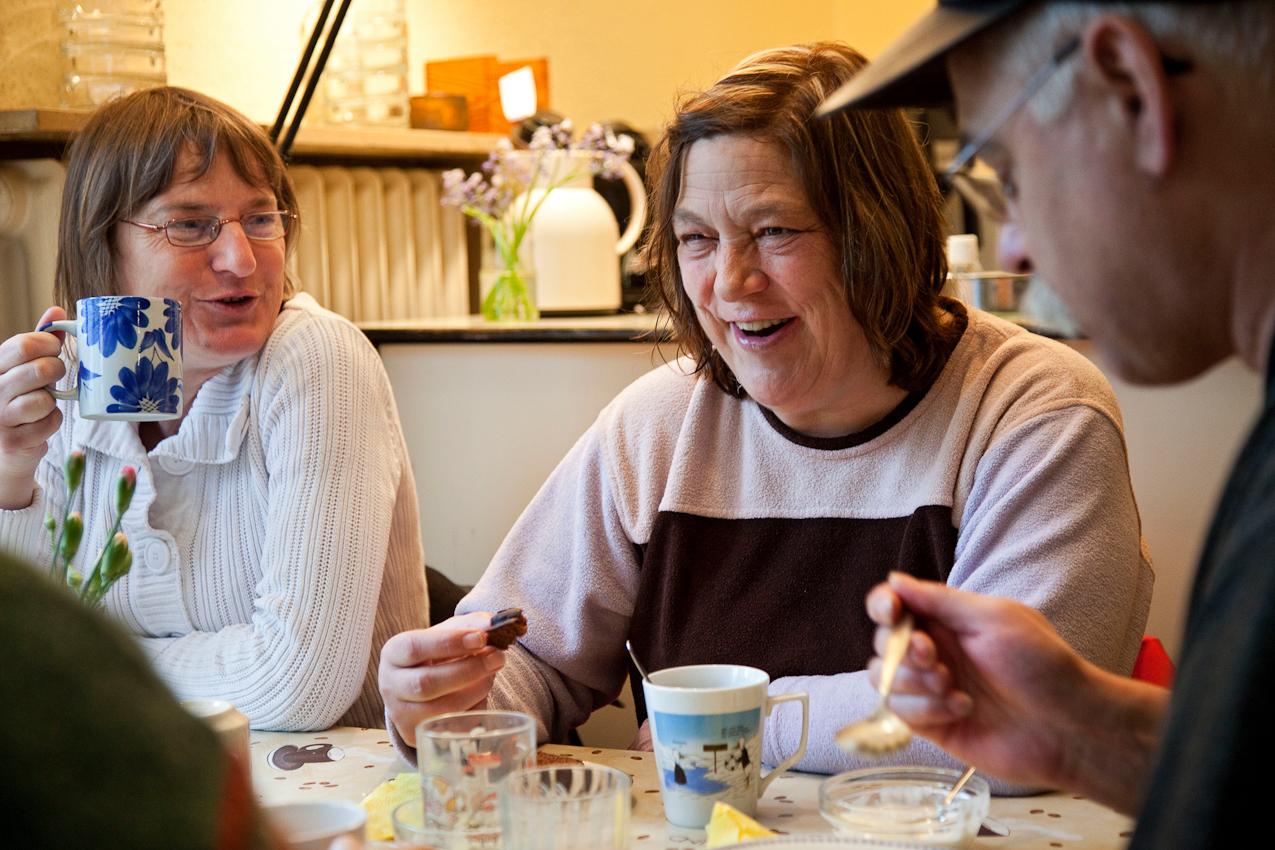 Herford: Irene kommt oft und gerne zum Mittagstisch. Oft trifft sie sich hier auch mit ihrer Mutter. Beim Nachtisch lacht sie zusammen mit Ingrid (links) über einen Witz von Peter.  Projekt A: Herforder Mittagstisch e.V., Medizinische Hilfe für Bedürftige e.V., Sozialberatungsdienst. Ehrenamtliche Helfer der Herforder Petri-Gemeinde bewirten seit über 10 Jahren bedürftige Menschen jeden Tag an einem gedeckten Tisch. Im gleichen Haus sitzen auch die Profis des Sozialberatungsdienstes. Einmal die Woche bieten ehrenamtlich arbeitende  Ärztinnen Sprechstunden an.
