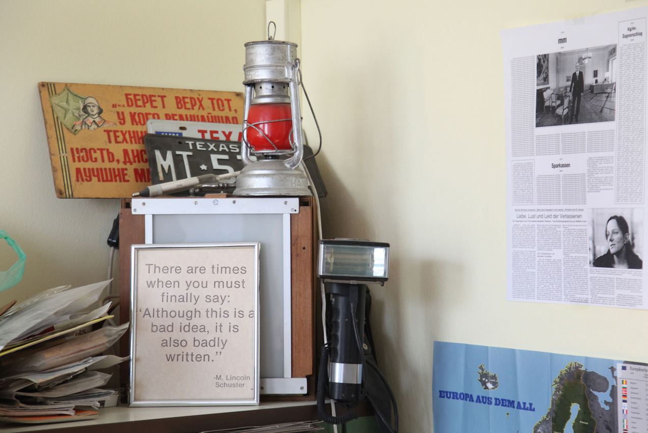 TDG - In einer Ecke von Jims Buero sammeln sich Relikte aus vergangenen Zeiten. FreeLens Projekt 'Ein Tag Deutschland' Ein Tag mit Jim Albright, Fotojournalist fuer die Fraenkische Landeszeitung (FLZ) in Ansbach, Bezirkshauptstadt Mittelfranken;