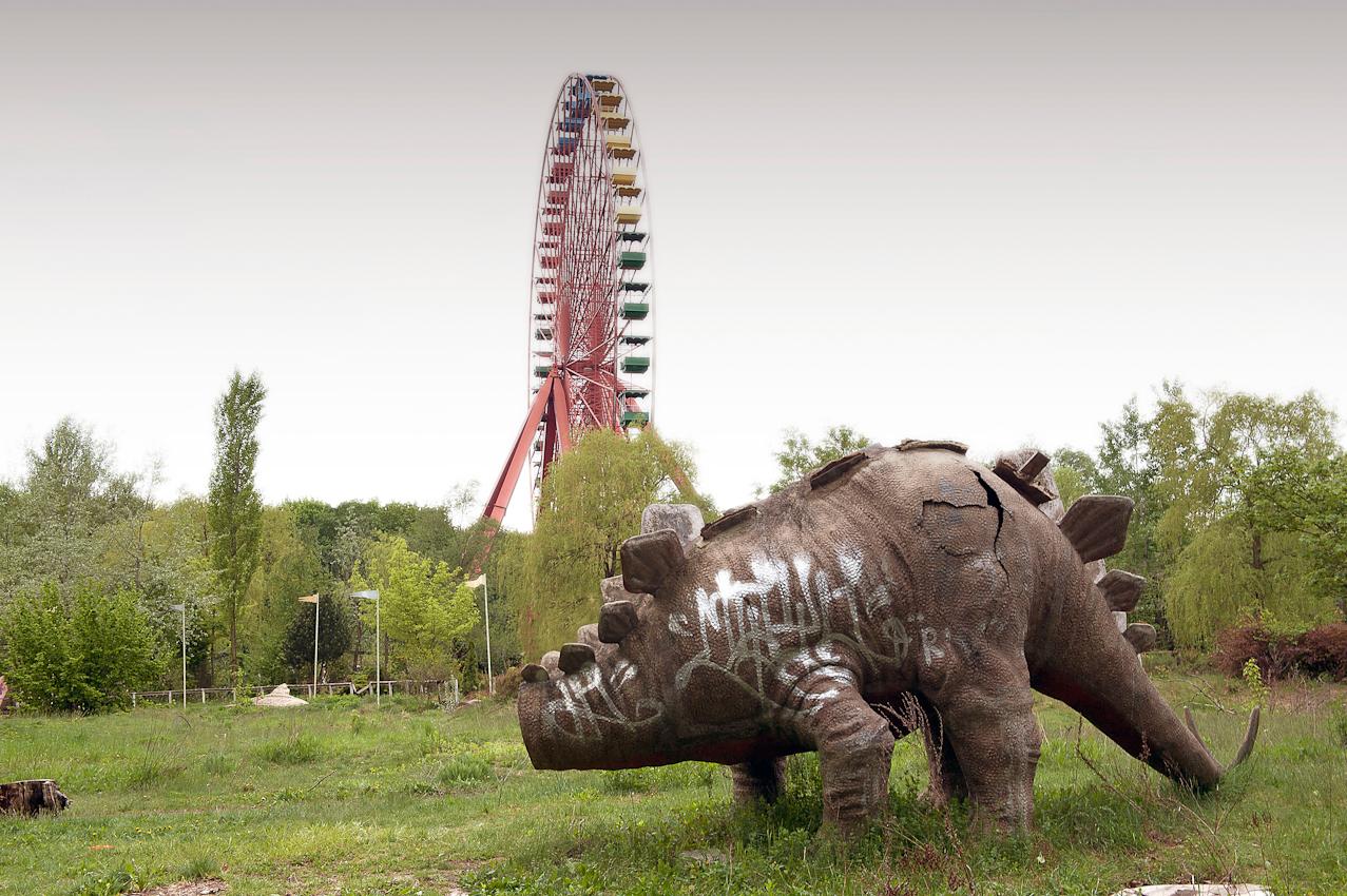 Spreepark Planterwald. Der Vergnugungspark - im Norden des Planterwaldes gelegen- wurde 1969 als VEB Kulturpark Planterwald eröffnet.Er war der einzige ständige Vergnügungspark der DDR. Zu DDR-Zeiten kamen bis zu 1,7 Millionen Besucher jährlich. 1992-2001 als Spreepark geführt. Seit dem Jahr 2002 wurde der Park nicht mehr fur Besucher geöffnet.  Beschreibung Motiv:Planterwald-Dino