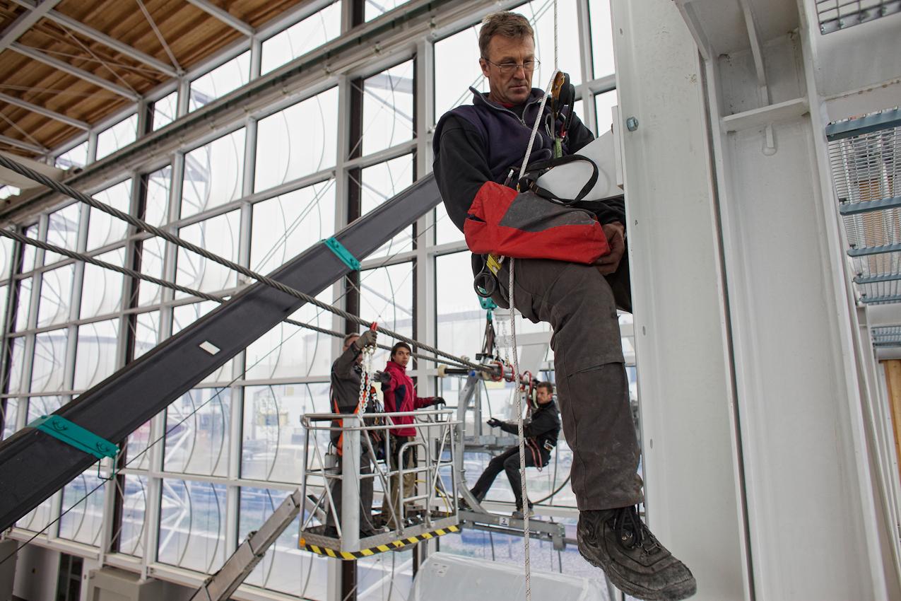 Am 07.05.2010 werden im Zentrum fuer Sicherheit und Ausbildung der Bergwacht Bayern in Bad Toelz Gondeln und Lifte installiert. In der Halle koennen Rettungssituationen geuebt werden. Max Lantenhammer (BErgwacht Kochel) montiert eine Sicherungsverankerung.