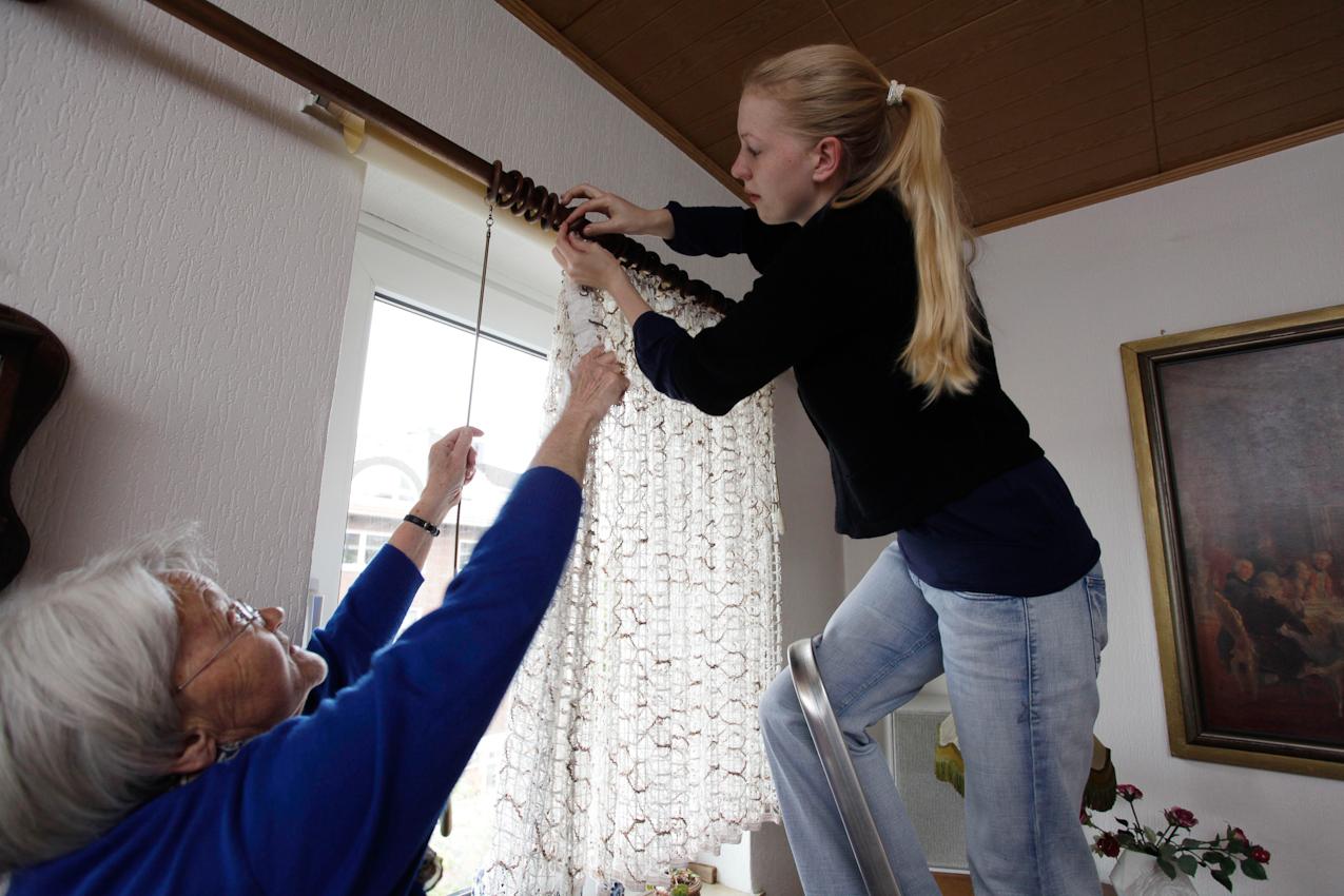 """Das Wohn-Duo Gisela H. (77) und Swantje B. (22) bei der Hausarbeit in Giselas Wohnung in Münster, Westfalen. Sie sind Teilnehmer des Projektes """"Wohnen fur Hilfe"""" und leben seit Herbst 2009 unter einem Dach. Die Studentin Swantje zahlt keine Miete und leistet pro qm eine Stunde Hilfe im Monat."""