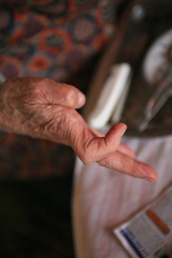 Der Finger der 86-jährigen Hedwig Hansen (Tönning) knickt plötzlich ein und sie kann ihn nicht mehr bewegen.