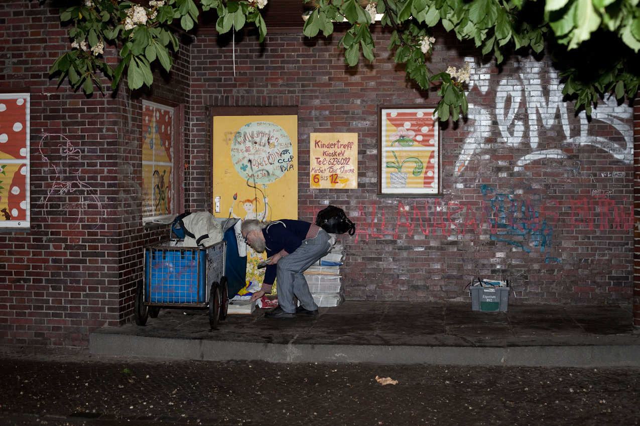 Karl beim Sortieren der Zeitungen für die Zeitungsboten in der Weserstraße in Berlin-Neukölln.