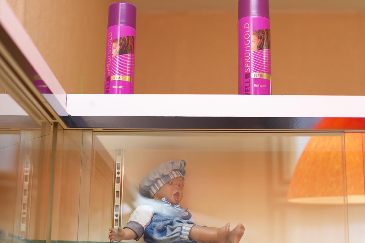 """Sprühgold steht auf dem Haarspray in Christa Wachowskis Damen- und Herren- Salon ,,Die Haarsträhne"""" 07.05.2010, 12:10, DEU, Deutschland, NRW, Dortmund, Münsterstraße 71: Im Damen- und Herren- Salon ,,Die Haarsträhne"""" im Dortmunder Norden scheint die Zeit in den 60er Jahren stehen geblieben zu sein. In einer Zeit als der """"Pott noch kochte"""" und die Münsterstraße die Amüsiermeile des keinen Mannes war. Heute ist der Dortmunder Norden ein Stadtteil mit hoher Arbeitslosigkeit, hohem Migrantenanteil und hohem Ladenleerstand."""