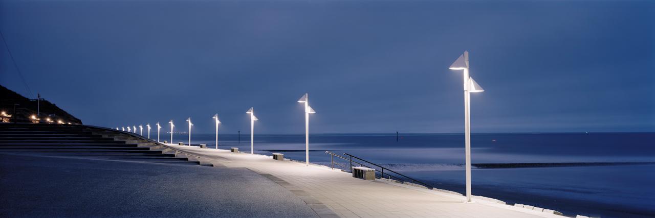 21:45 Uhr. Norderney, Januskopf. Das Wetter mit Windstärke 8 und Regen holt keinen Gast hervor und so bleibt die Norderneyer Promenade am Januskopf fast menschenleer.