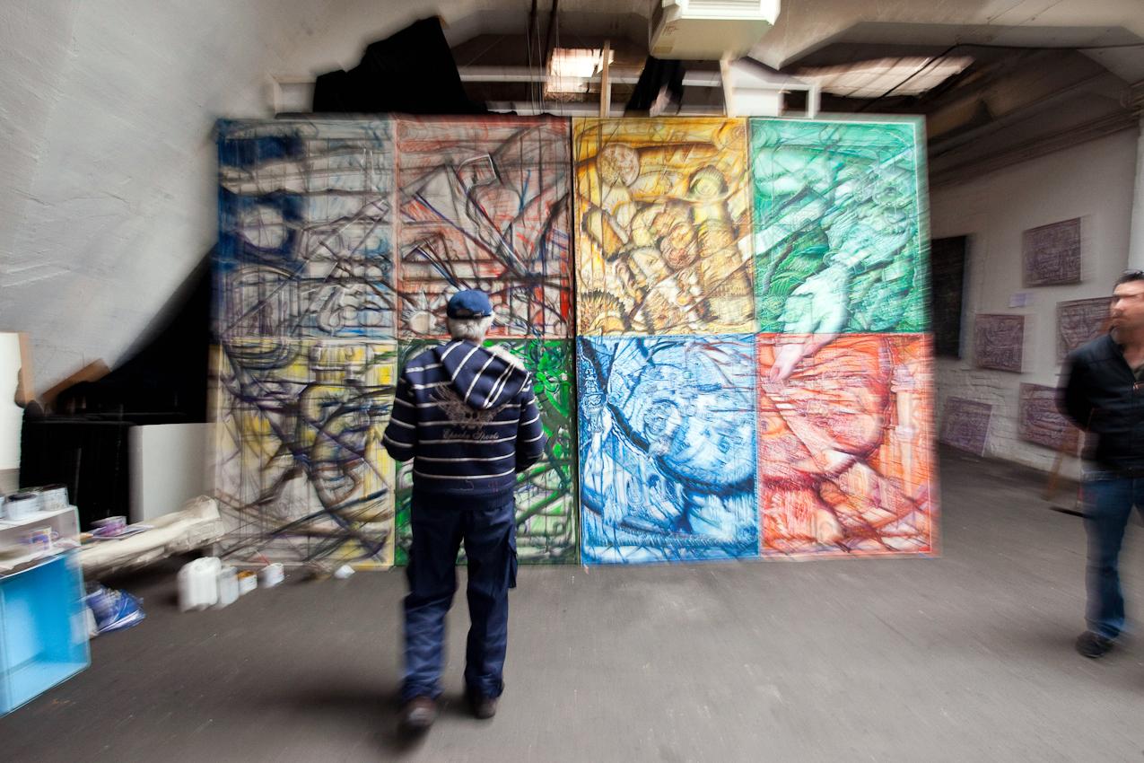 Das Kunsthaus TACHELES in Berlin ist seit 20 Jahren ein Brennpunkt fur aktuelle Kunst und Theaterevents; Nun droht den Tacheles-Künstlern die Räumung, denn nach Plänen der Fundus-Gruppe soll das Gelände in ein Luxusareal umgewandelt werden. HIER: der Künstler (13:23) ALEXANDR RODIN aus Weißrussland beim Malen in seinem Atelier im 4. Stock des  Tacheles.
