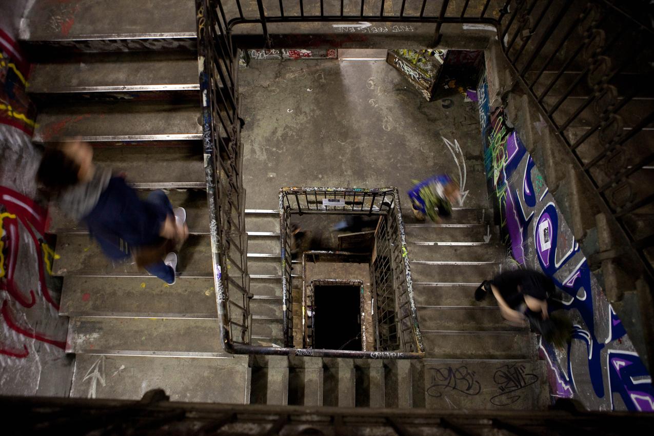 Das Kunsthaus TACHELES in Berlin ist seit 20 Jahren ein Brennpunkt fur aktuelle Kunst und Theaterevents; Nun droht den Tacheles-Künstlern die Räumung, denn nach Plänen der Fundus-Gruppe soll das Gelände in ein Luxusareal umgewandelt werden. HIER: Besucher (22:05) im Treppenhaus des Tacheles.