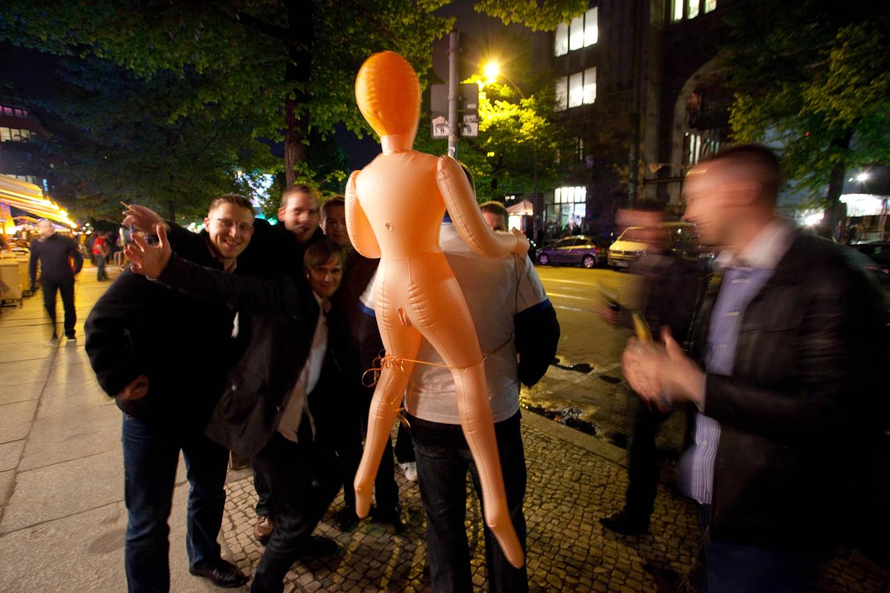 Das Kunsthaus TACHELES in Berlin ist seit 20 Jahren ein Brennpunkt fur aktuelle Kunst und Theaterevents; Nun droht den Tacheles-Künstlern die Räumung, denn nach Plänen der Fundus-Gruppe soll das Gelände in ein Luxusareal umgewandelt werden. HIER: Junge Männer (23:05) vor dem Eingang des Tacheles feiern Junggesellenabschied auf der Oranienburger Straße.
