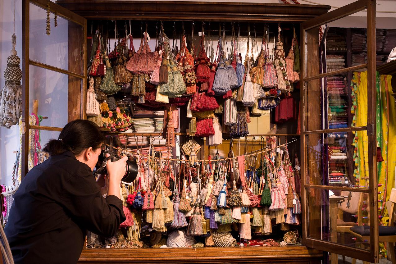 Christiane Kappes fotografiert Schlüsselquasten die nach historischen Vorlagen oder individuellen Kundenwünschen angefertigt werden.