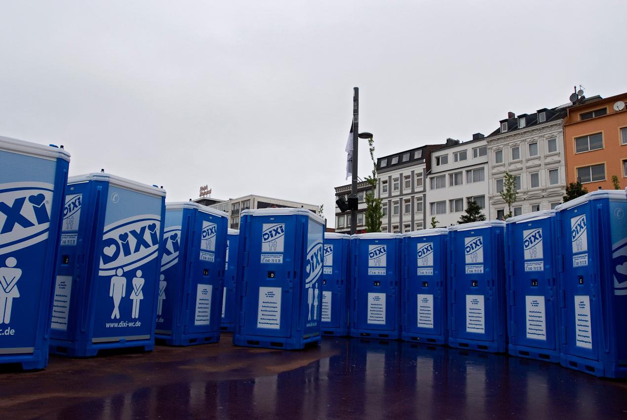 Noch stehen auf dem Spielbudenplatz mehr mobile Toiletten als Menschen, aber 2 Tage später feierten rund 80.000 Fans den Aufstieg ihres FC St. Pauli in die Bundesliga.