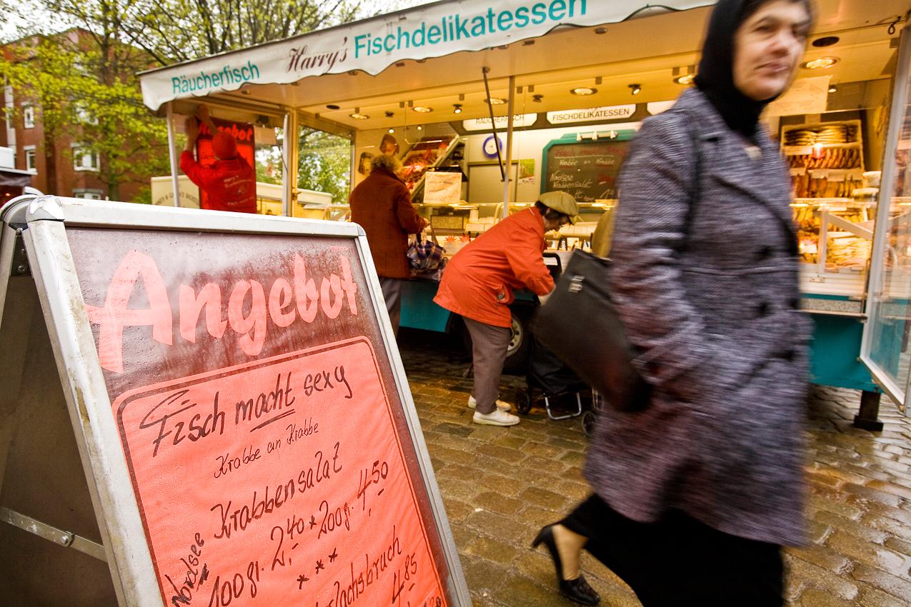 Wie kann man auf dem Berta-Kroeger-Platz in Wilhelmsburg dem Markt-Angebot von Harry's Fischdelikatessen widerstehen: Fisch macht sexy - Krabbe an Krabbe.