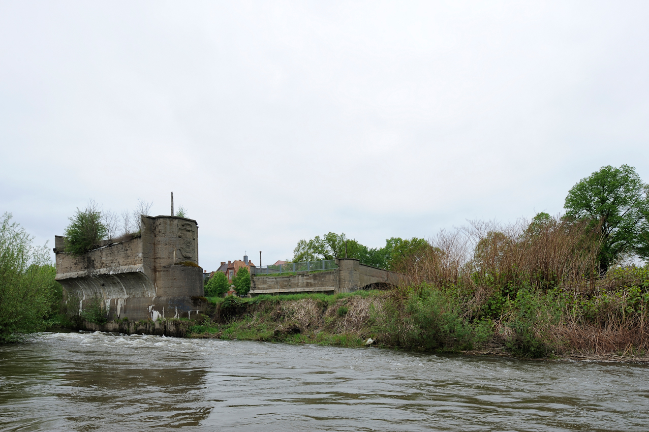 Blick Richtung Forst am Westufer der Neiße und die im 2.Weltkrieg zerstörte Stadtbrücke, die das Zentrum von Forst mit dem ehemaligen Stadtteil Berge östlich der Neiße verband. Berge wurde nicht wieder aufgebaut.