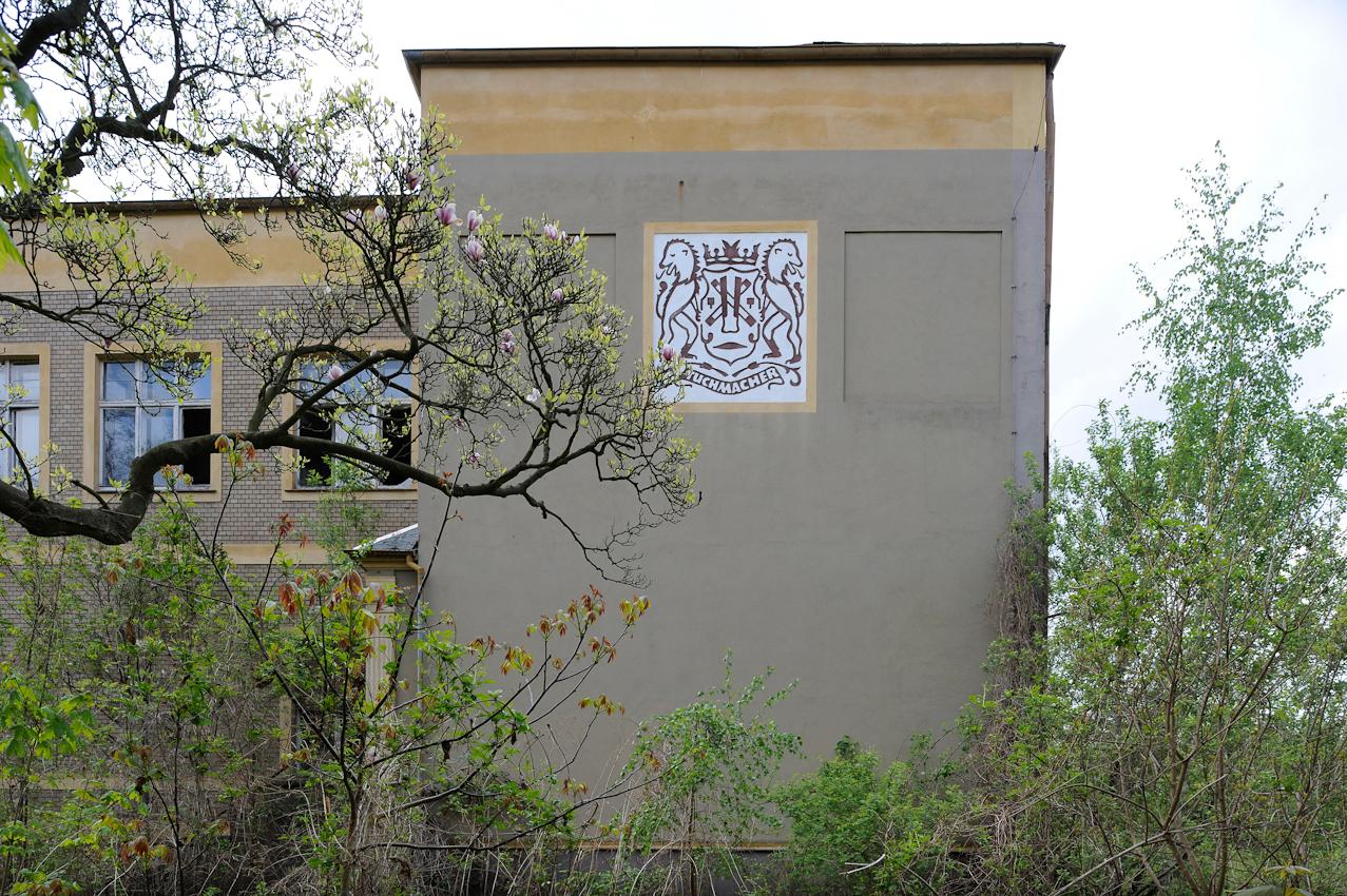 """Wandbemalung am Eingangstor der ehemaligen VEB Forster Tuchfabriken, Werk I/1 in der Parkstraße. Nach Aachen war Forst einst die zweitgrößte Tuchmacherstadt in Deutschland. Im Volksmund wurde Forst auch """"Stadt der 1000 Schornsteine"""" genannt. Heute stehen fast alle Fabrikgebäude leer."""