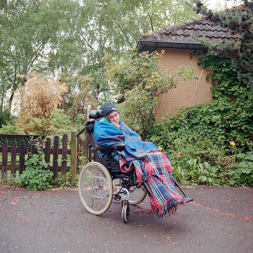 Svenja nach einem Ausflug im Rollstuhl am 07.05.2010 vor ihrem zu Hause in Hannover. Die 42-jährige wird rund um die Uhr von ihrer Mutter versorgt. Auch nach 18 Jahren im Wachkoma zeigt Svenja immer wieder, dass sie auf ihre Art und Weise am Leben teilnimmt. Wachkoma-Betroffene leben in einer extremen Situation am Rande unserer Gesellschaft. Sie sind auf intensive Hilfe angewiesen.