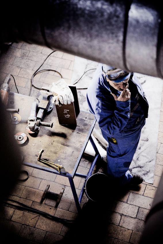 Ein Stahlbauer macht eine Arbeitspause.  Im Bonner Heizkraftwerk werden Vorbereitungen für den Einbau des neuen Heizkessels getroffen.
