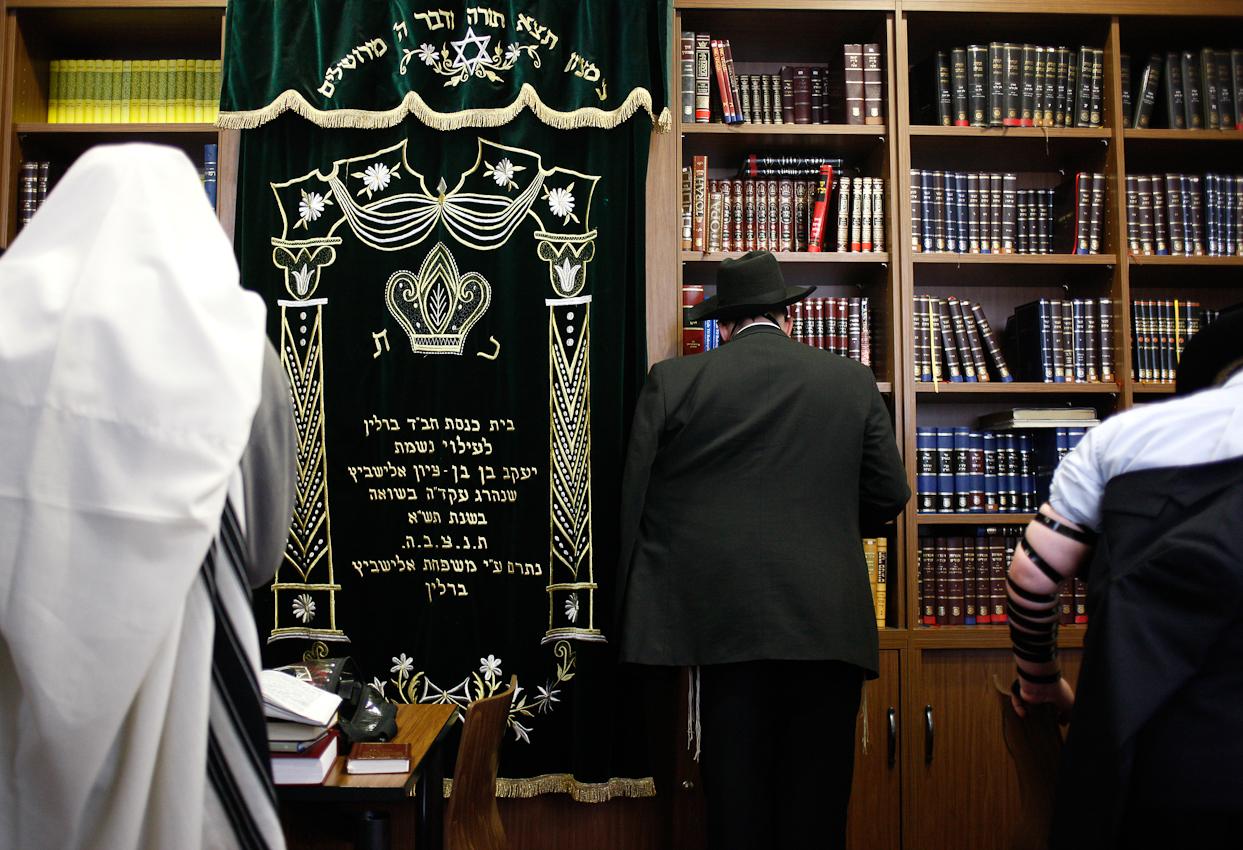 Jehoshua Berkovicz leitet das Morgengebet der Yeschiwa im Jüdischen Bildungszentrum in Berlin. Er befindet sich in der Ausbildung zum Rabbiner und ist der Student mit den fortgeschrittensten Kenntnissen. Deshalb ist er der Vorbeter für die anderen Betenden.