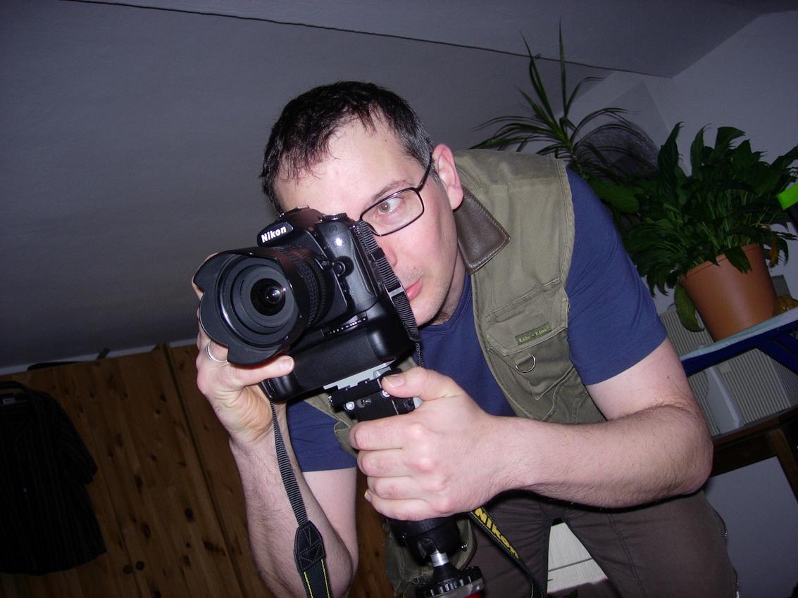 Magnus Schöfer aus Garching an der Alz in Bayern beim fotografieren seiner Kinder für Ein Tag Deutschland.