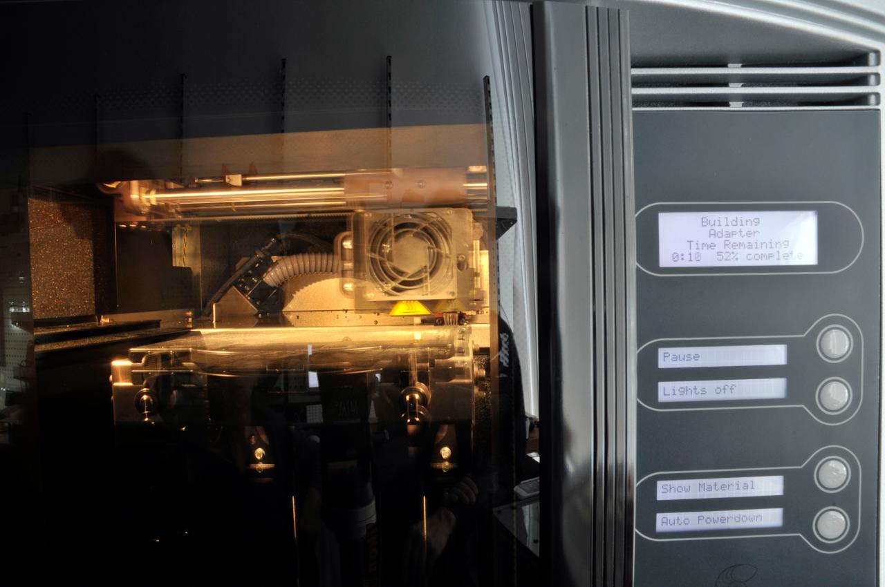 Das FabLab der RWTH Aachen - Zukunftsmusik zum Anfassen - Parallel zur Zukunftsforschung, die normalerweise hinter verschlossenen Türen fern der Öffentlichkeit stattfindet, öffnet die RWTH Aachen mit ihrem FabLab die ihren. Sinnlich erfahrbar wird die Zukunftsmusik vom individuellen Produzieren nach Bedarf. Einmal pro Woche kann die interessierte Öffentlichkeit im FabLab bei Dipl. Informatiker Rene Bohne einen selbstentworfenen bzw. benötigten Gegenstand im 3D-Kunststoffplotter ausdrucken und zum Einsatz mit nachhause nehmen. Der Phantasie sind keine Grenzen gesetzt.