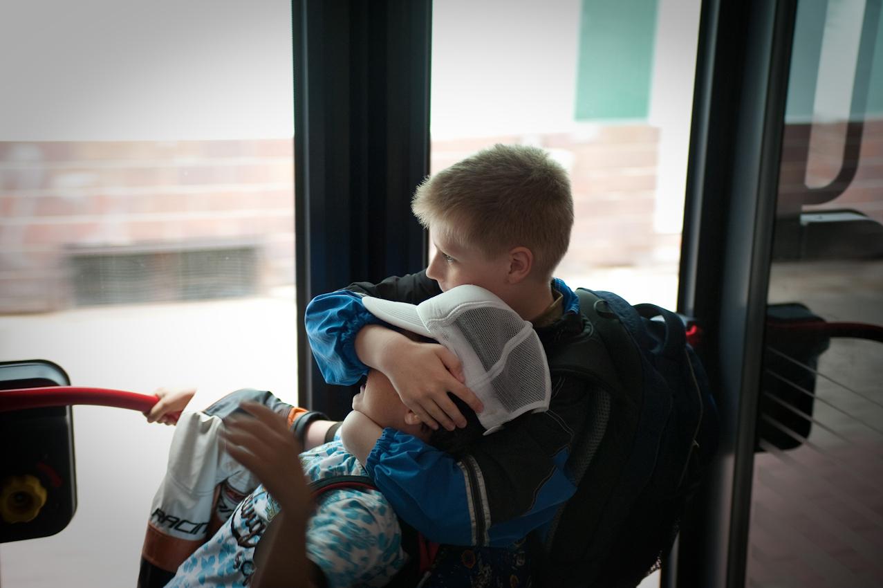 Im Bus fällt es Jan Phillip oft sehr schwer mit seinen anderen Schülern aus der Lerngruppe keinen Unfug zu machen.-- Jan Phillip Biesecke (10 Jahre), der bei seinen Großeltern in Brandenburg/Havel lebt, geht jeden Tag nach der Schule in eine Tagesbetreuungsgruppe. Dort bekommt er Nachhilfe und verbringt mit anderen Kindern den Nachmittag. Jan Phillips Mutter hatte ihn mit 3 Jahren verlassen. Sein Vater, mit der Situation völlig überfordert, hatte ihn zu den Großeltern gegeben, bei denen er jetzt immer noch lebt. Die Tagesbetreuung wird vom Jugendamt finanziert und ist für Jan Phillips Großeltern eine Möglichkeit sich bei der Erziehung, die sie nur zum Teil leisten können, helfen zu lassen.