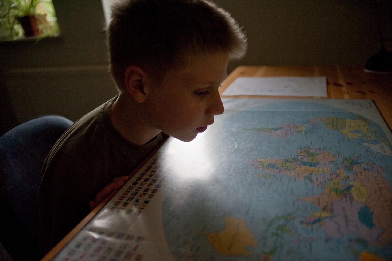 Jan Phillips größter Wunsch ist es, einmal nach Amerika zu reisen. Er malt oft Landkarten einfach so aus dem Gedächtnis. -- Jan Phillip Biesecke (10 Jahre), der bei seinen Großeltern in Brandenburg/Havel lebt, geht jeden Tag nach der Schule in eine Tagesbetreuungsgruppe. Dort bekommt er Nachhilfe und verbringt mit anderen Kindern den Nachmittag. Jan Phillips Mutter hatte ihn mit 3 Jahren verlassen. Sein Vater, mit der Situation völlig überfordert, hatte ihn zu den Großeltern gegeben, bei denen er jetzt immer noch lebt. Die Tagesbetreuung wird vom Jugendamt finanziert und ist für Jan Phillips Großeltern eine Möglichkeit sich bei der Erziehung, die sie nur zum Teil leisten können, helfen zu lassen.