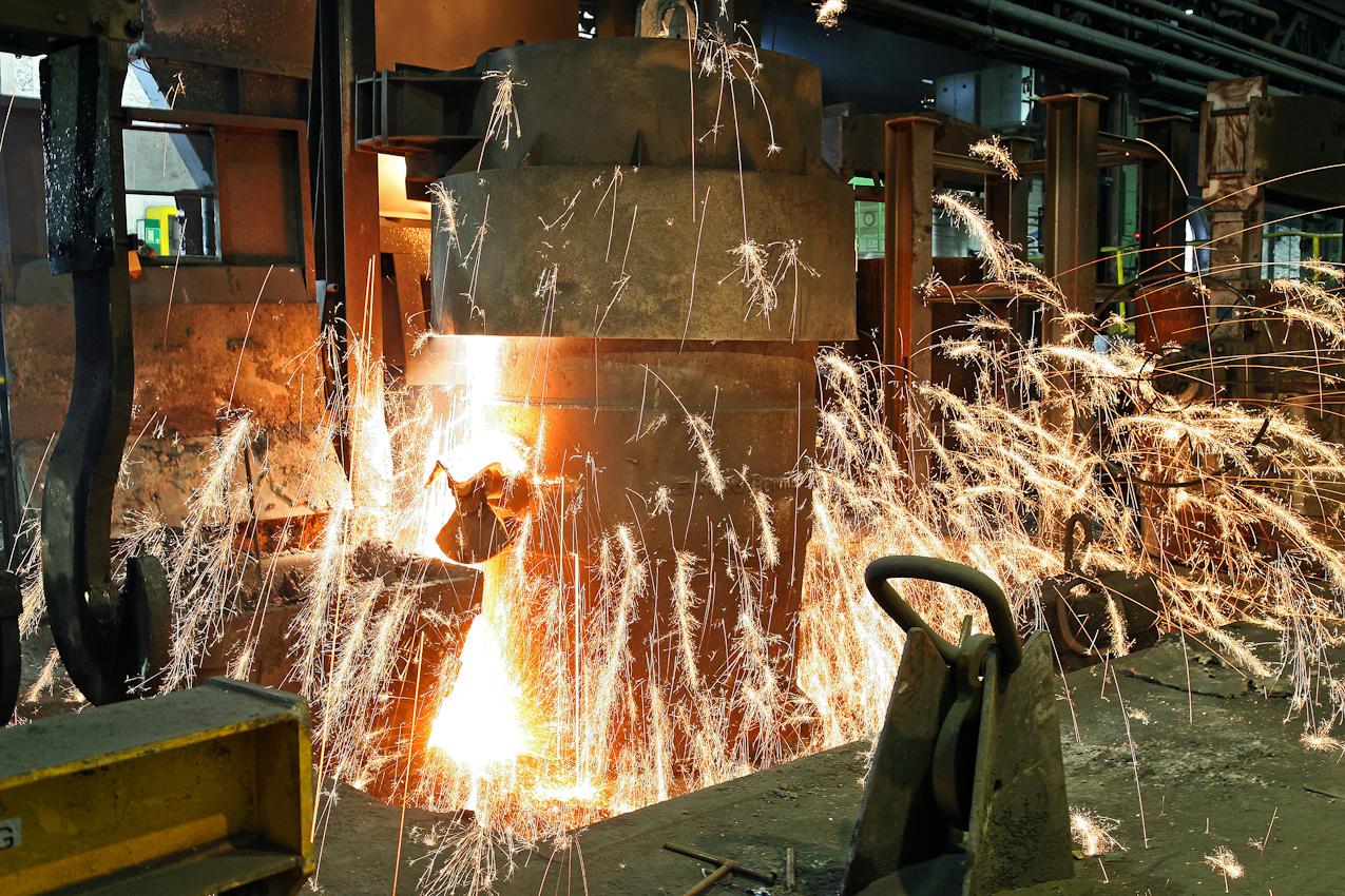 Ein weiterer Schritt zur Vorbereitung fuer den Eisenguss sind Zusaetze von Magnesium und verbessern die Entschwefelungswirkung des. Calciumcarbids. Magnesium verdampft unmittelbar beim Einbringen in das Roheisenbad. Es entsteht dadurch ein normaler starker Funkenflug Das Verfahren in dieser Eisengiesserei wird seit ca. 160 Jahren fast unveraendert fortgefuehrt. Noch heute ist diese Eisengiesserei ein Unternehmen mit kontinuierlichem Absatz. Die Eisengussprodukte dienen meist als Gehaeuse fuer grosse Turbinenanlagen, Kokillen oder Gehaeuse von Schiffsmotoren. Eisenguss in der Eisengiesserei der Friedrich - Wilhelms- Huette in Muelheim / Ruhr