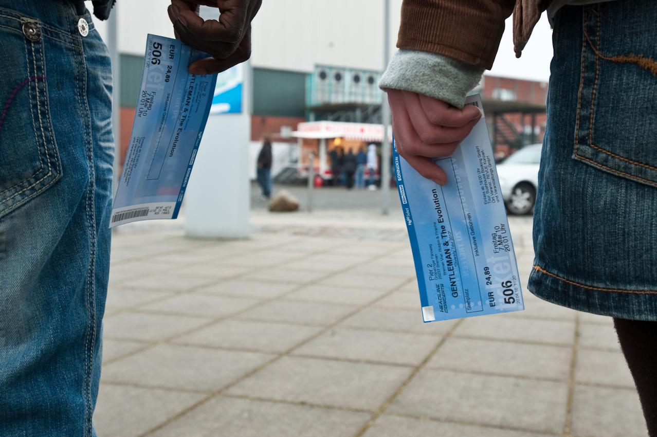 Besucher mit Karten für's Genleman-Konzert.