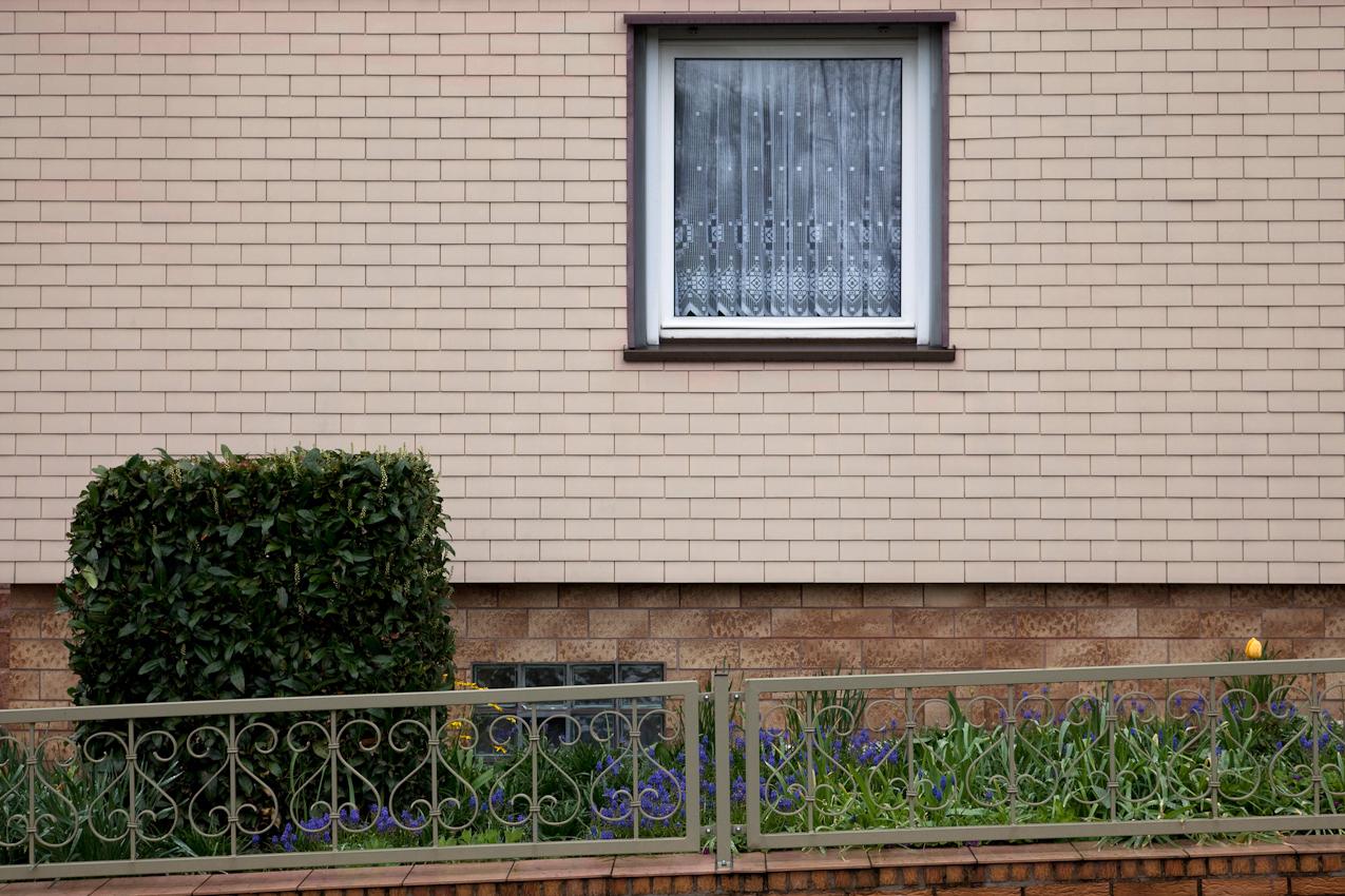 Weserbergland, Eschershausen, Stadtbergstraße, 9:17 Uhr. In den 80er Jahren wurden viele Häuser mit Kunststoff oder Eternit behängt. Büsche und Blumen sind nach wie vor echt.