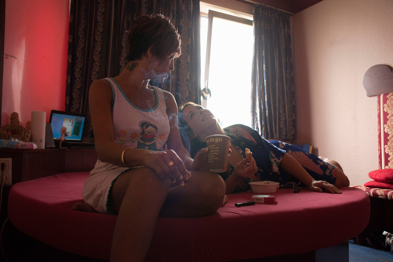 """Bruna und Agustina frühstücken morgens auf dem Bett. Sie leben periodisch für meist einige Monate im """"Pascha""""."""