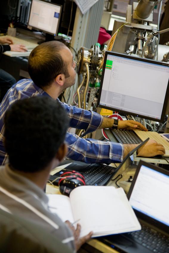 Die Wissenschaftler des IFW Dresden, P. Karthick (vorn) und Ferhat Katmis (hinten) bei einer Messung.